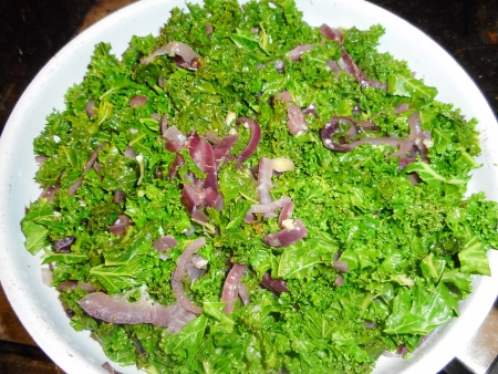 1-2. Wilt down first the sliced onion, then add the kale and garlic and toss in a deep frying pan until half-cooked
